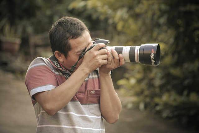 カメラは脇をシッカリ締めて構える