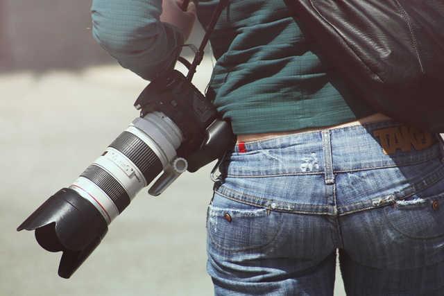 女性がゴツいカメラを持ってもおしゃれに見える
